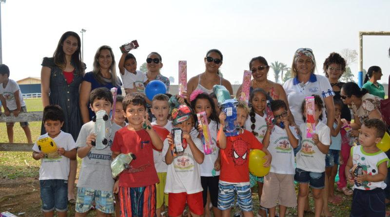 Rio Crespo: Através da prefeitura, Assistência Social e Educação distribuem brinquedos e doces nas escolas